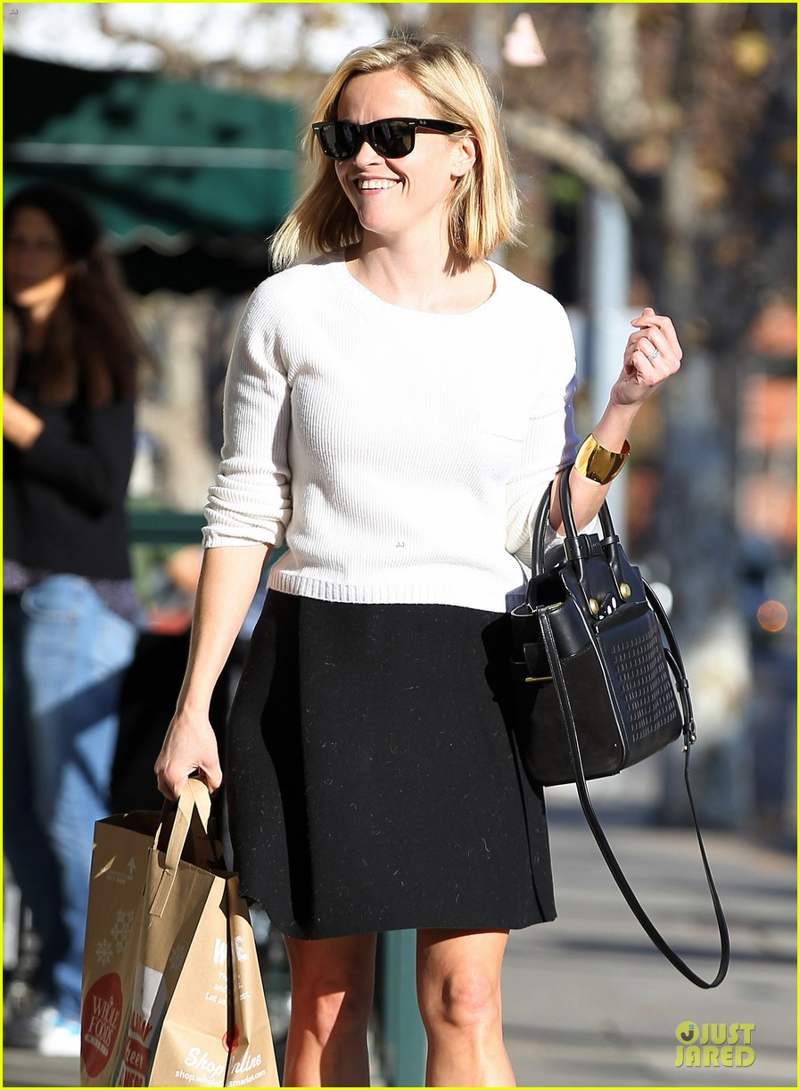 reese witherspoon grocery run after morning workout 30