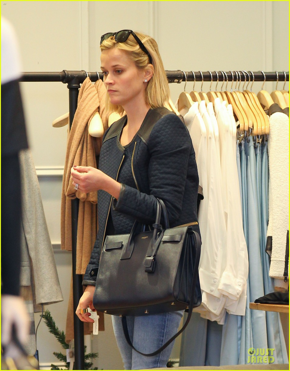 reese witherspoon club monaco shopping after workout 02