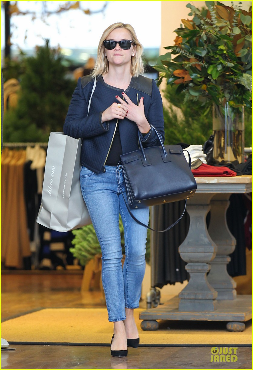 reese witherspoon club monaco shopping after workout 03