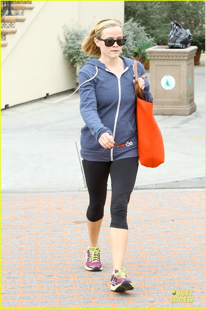 reese witherspoon club monaco shopping after workout 093004459