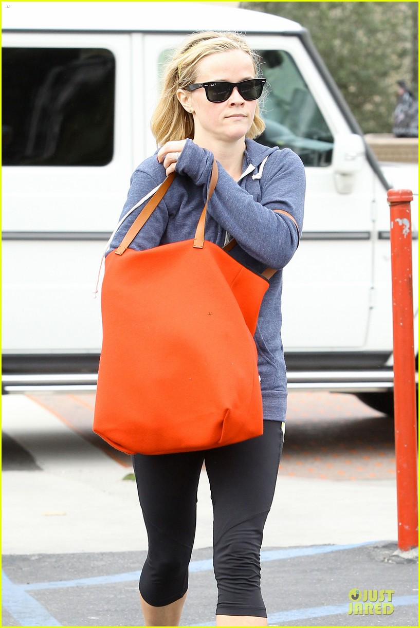 reese witherspoon club monaco shopping after workout 14