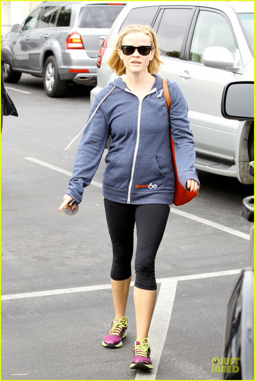 reese witherspoon club monaco shopping after workout 15