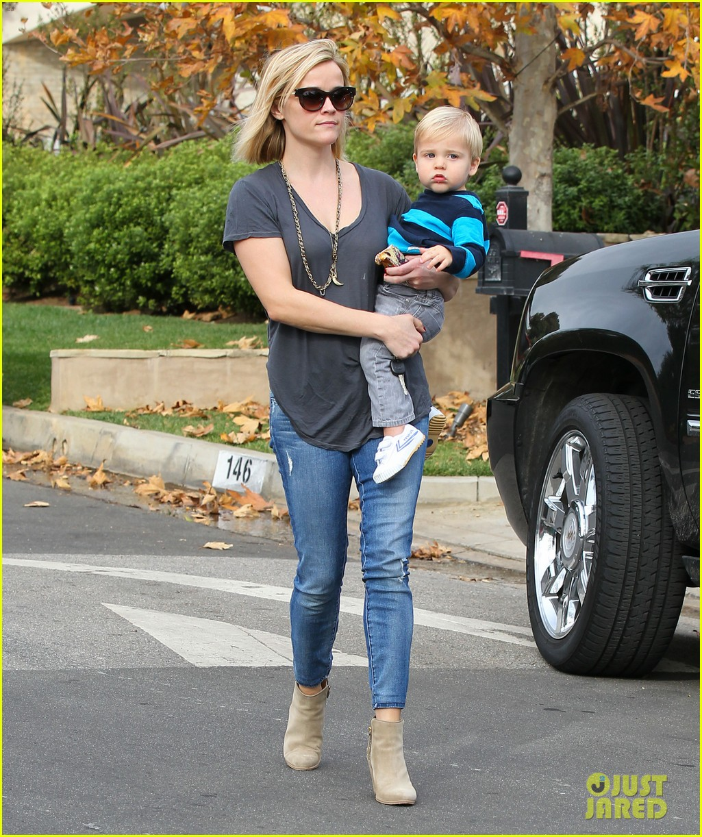 reese witherspoon rocks her skinny jeans while out with tennessee 03