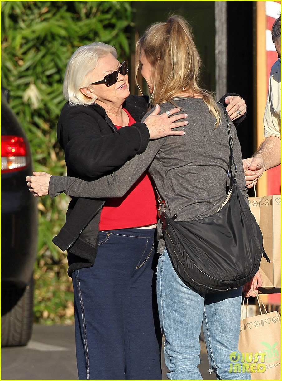 renee zellweger post christmas lunch with her parents 09