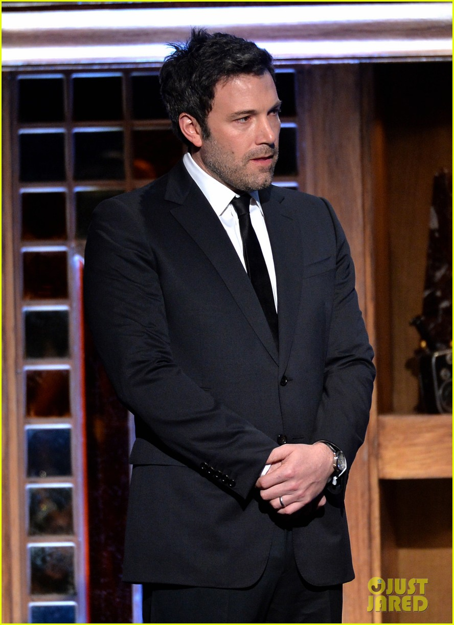 ben affleck presents top prize at dga awards 2014 183040488