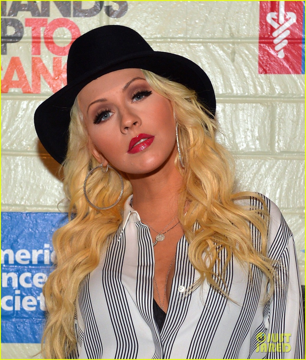 christina aguilera is fedora fierce at stand up to cancer event 043043245