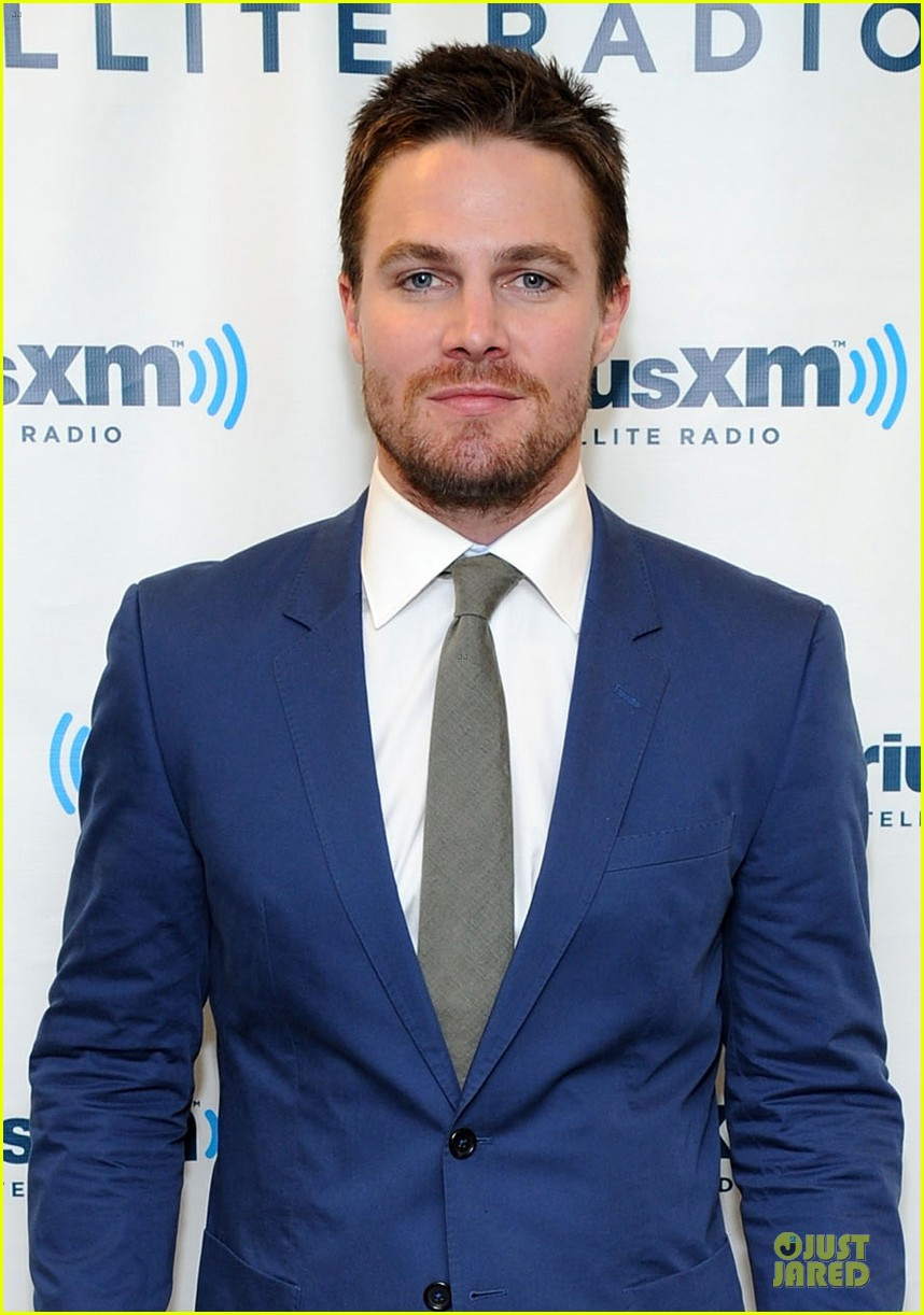 stephen amell arrow promo at siriusxm studios 02