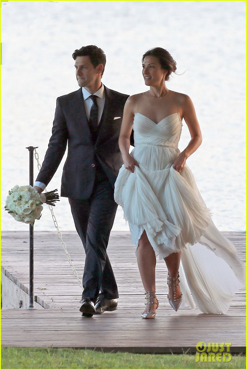 justin bartha marries lia smith in hawaii wedding photos here 01