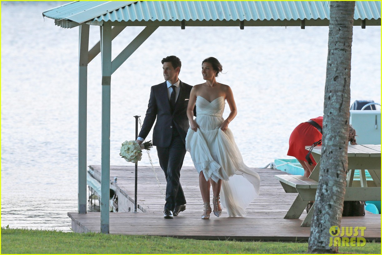 justin bartha marries lia smith in hawaii wedding photos here 033022787