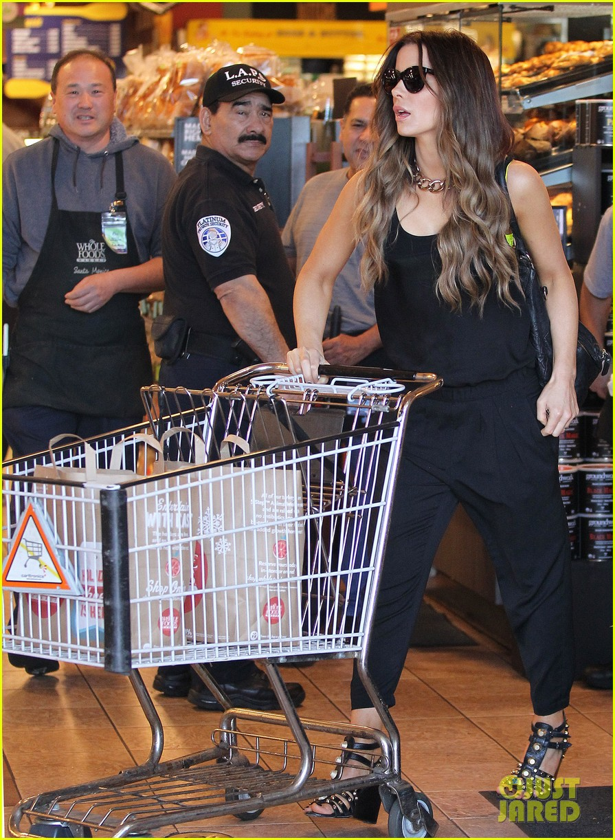 kate beckinsale super stylish whole foods run 223023341