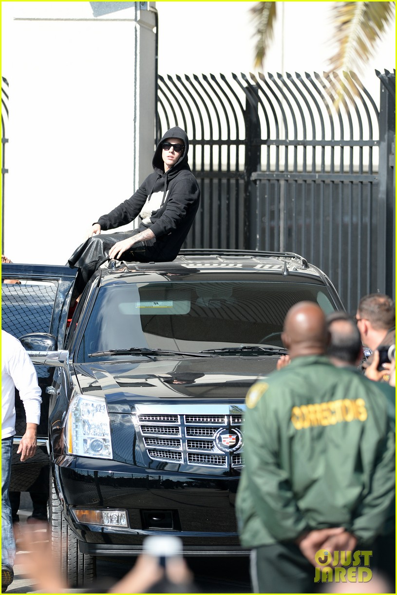 justin bieber leaves jail waves to fans after arrest 06