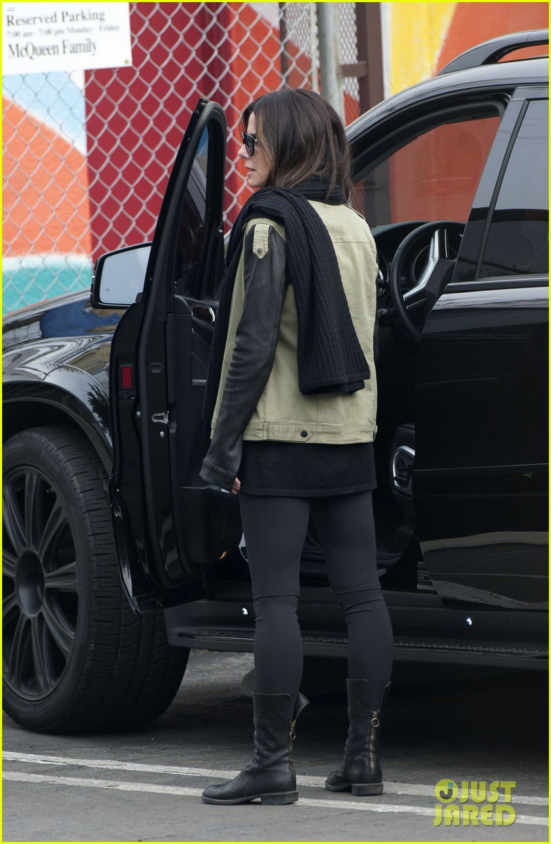 sandra bullock drops off louis after the pcas 01
