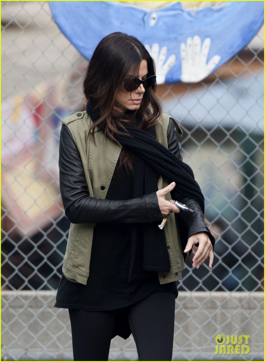 sandra bullock drops off louis after the pcas 02