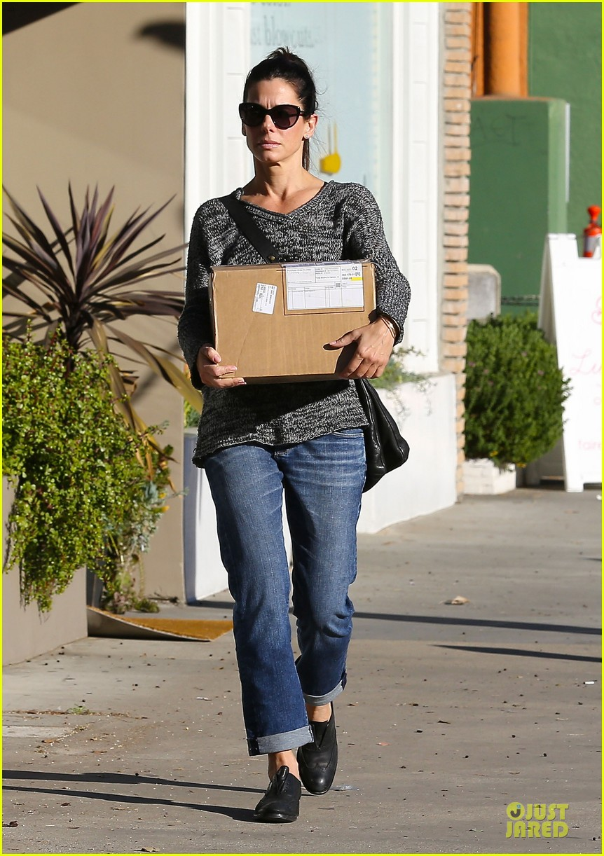 sandra bullock shopping with mystery man after golden globes 18