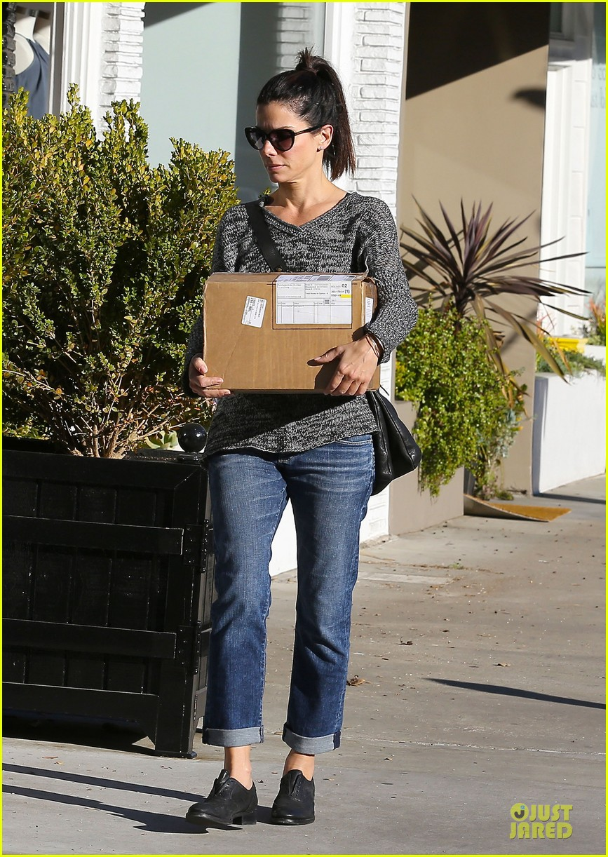 sandra bullock shopping with mystery man after golden globes 22