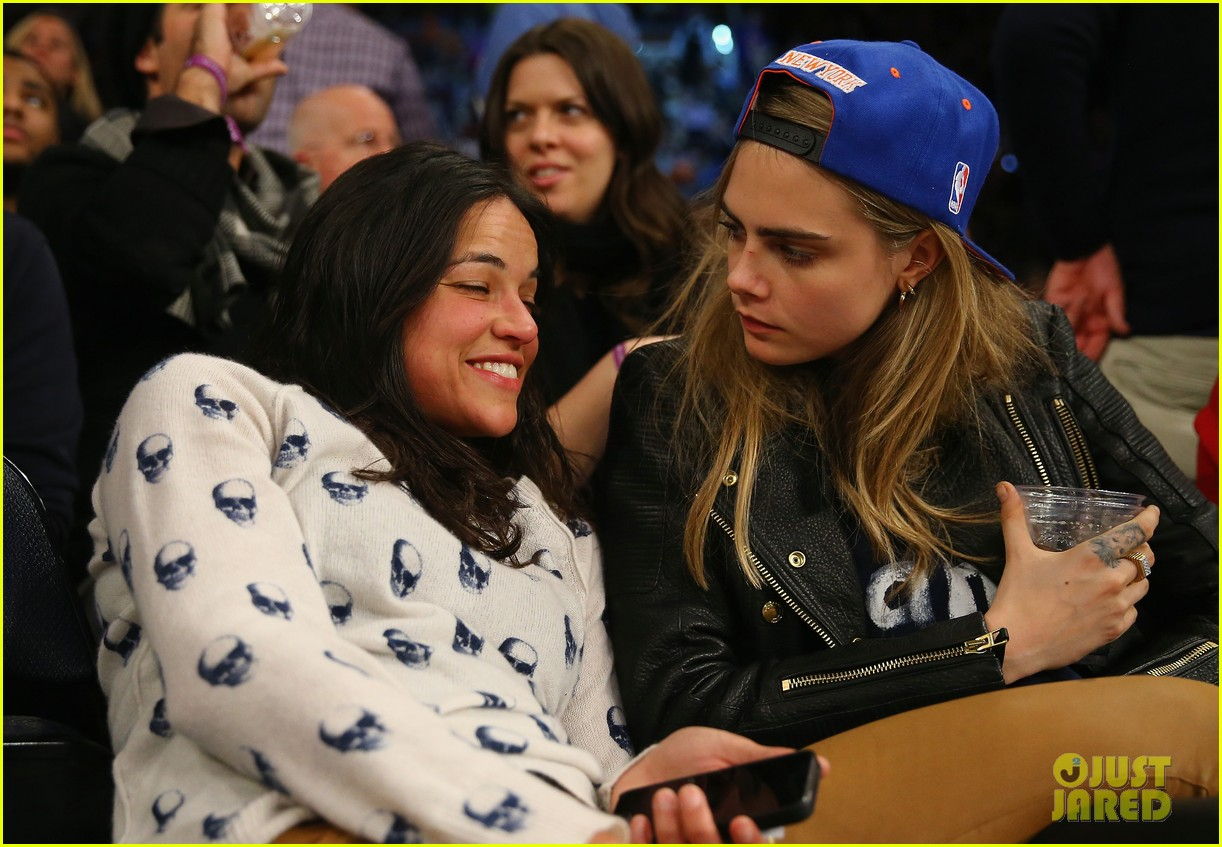 cara delevingne michelle rodriguez go in for kiss at knicks game 03