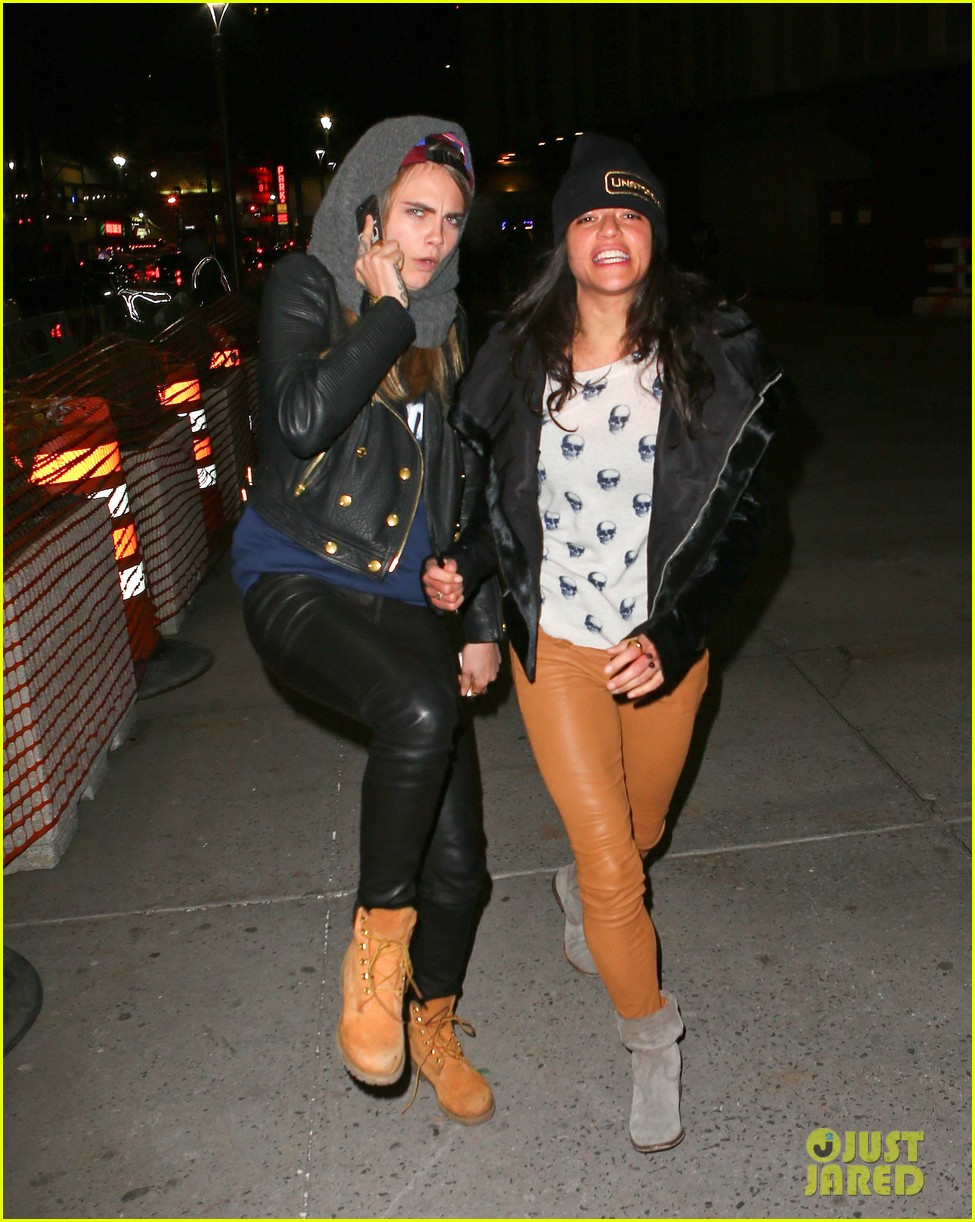 cara delevingne michelle rodriguez go in for kiss at knicks game 09
