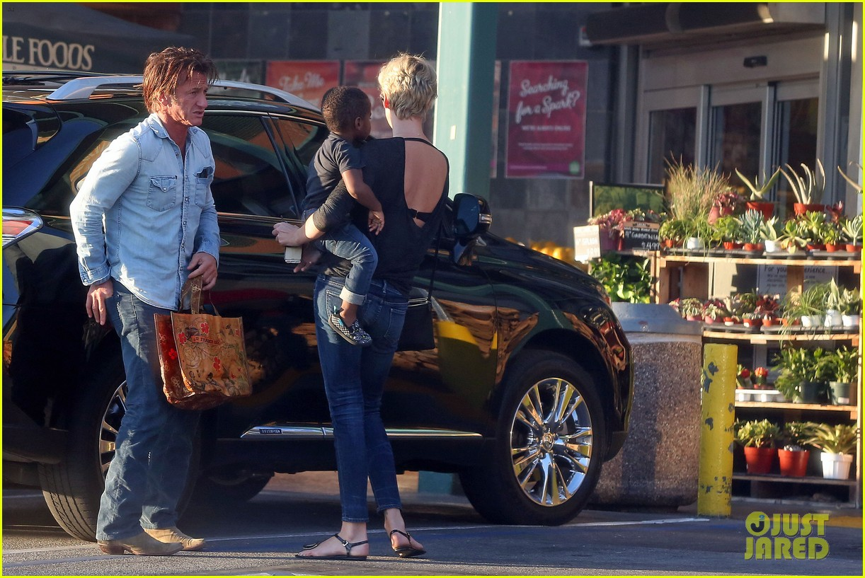 sean penn makes funny faces for charlize therons son 113038604