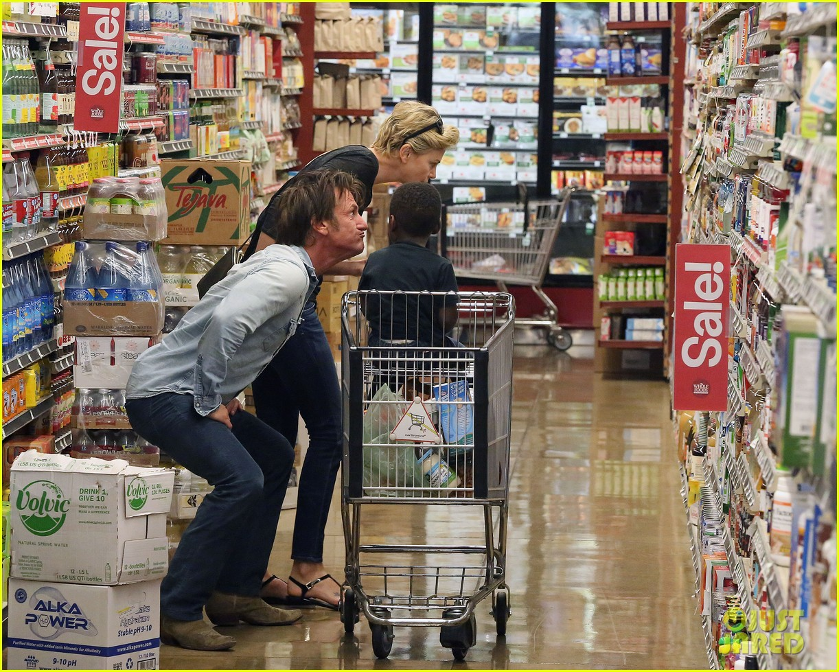 sean penn makes funny faces for charlize therons son 153038608