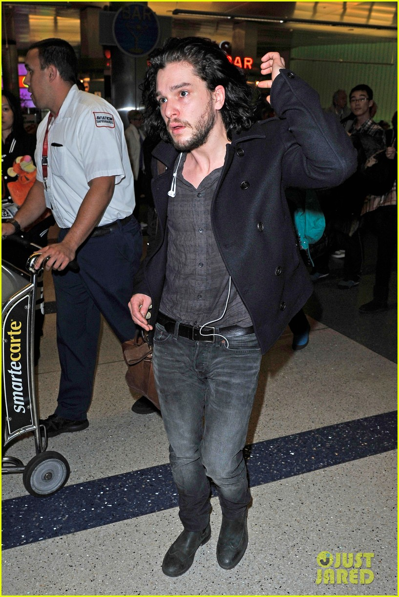 emilia clarke photobombed at lax airport 123027173