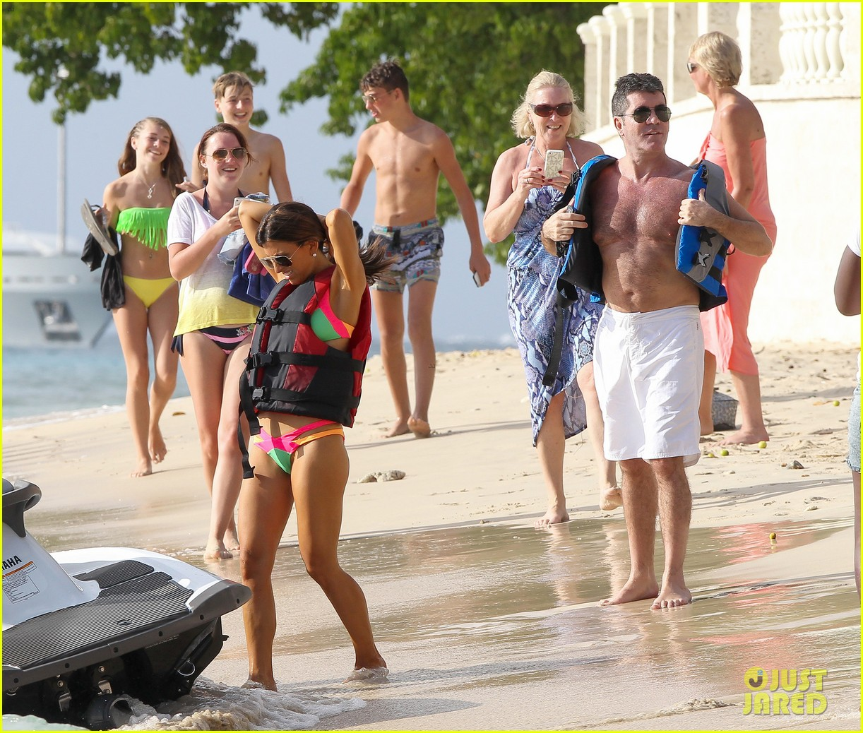 shirtless simon cowell draws large female crowd at the beach 103021941