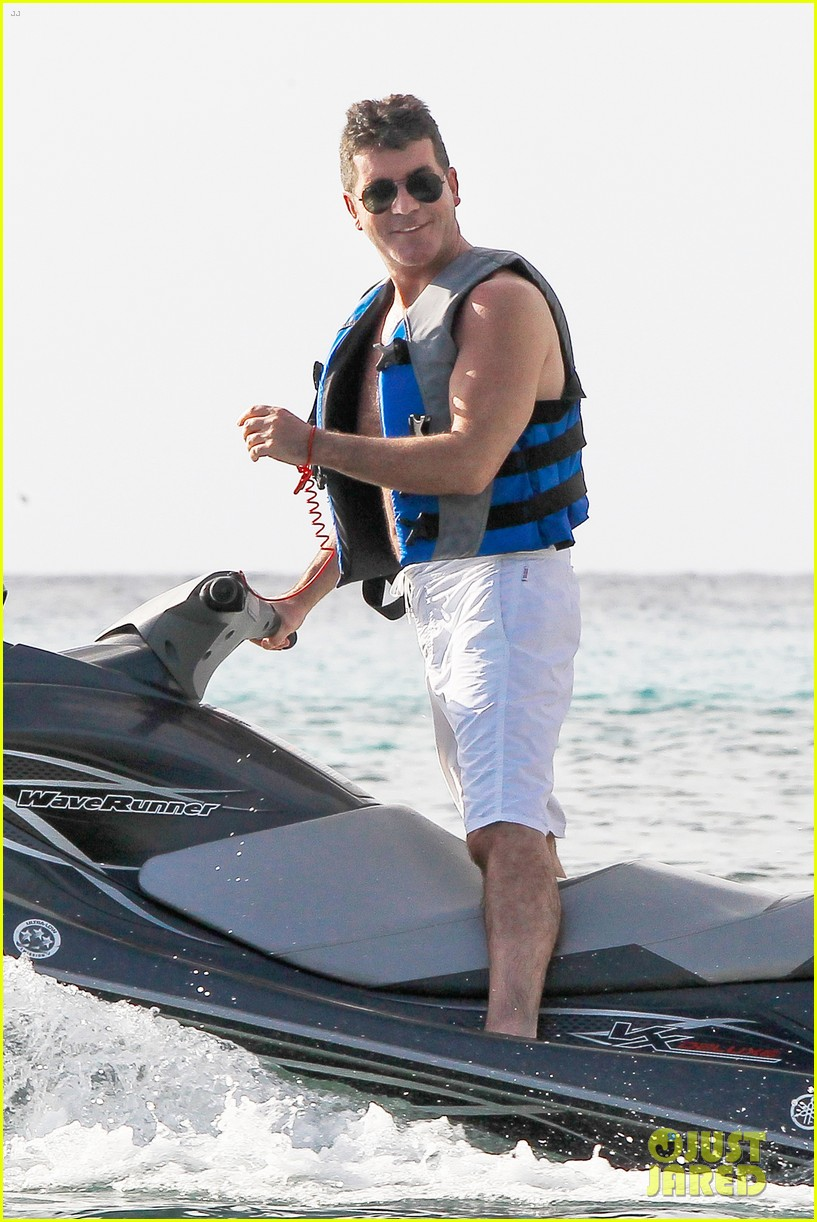 shirtless simon cowell draws large female crowd at the beach 11