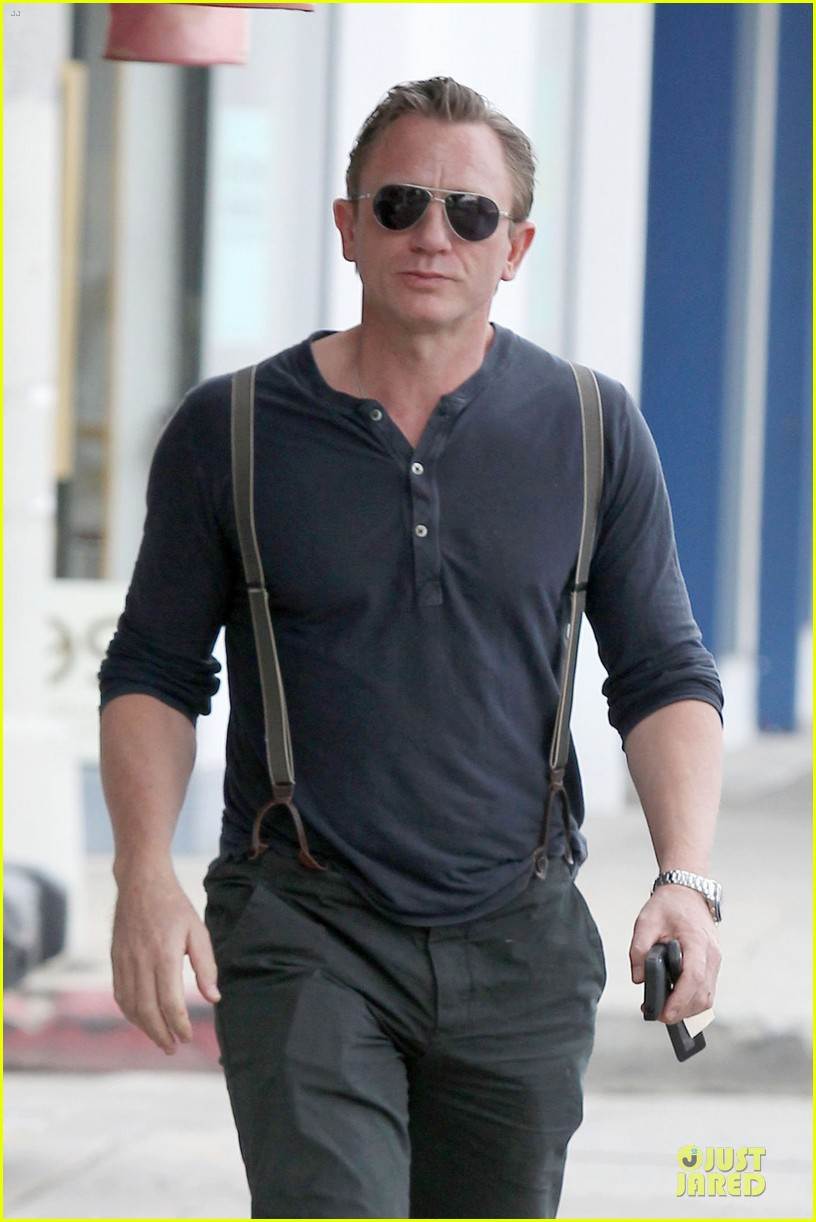 daniel craig sports trouser suspenders after pga 023037310