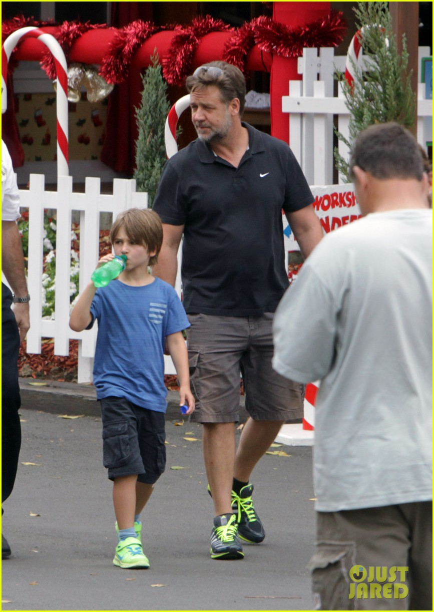 russell crowe dreamworld theme park with the boys 03