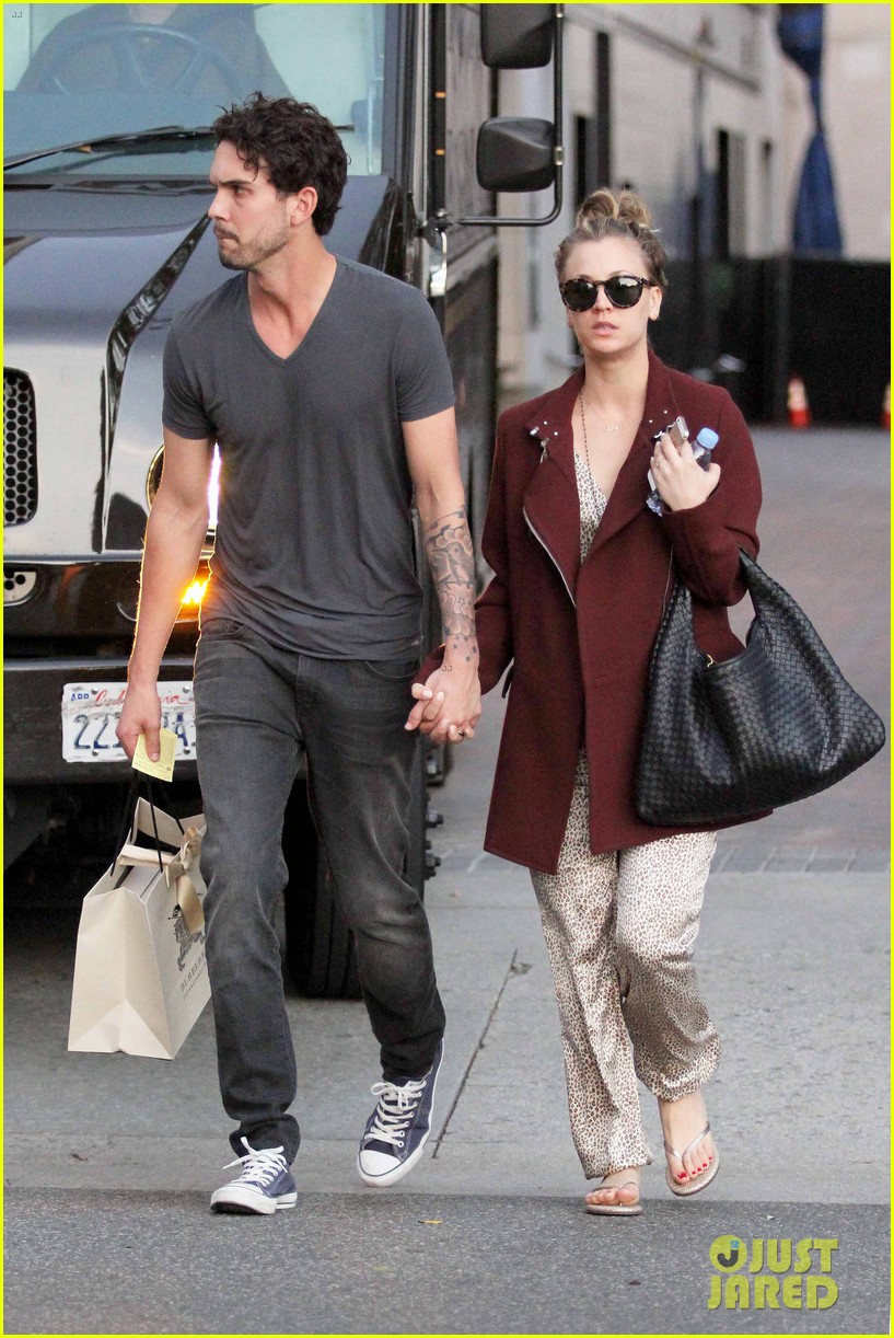 kaley cuoco steps out with ryan sweeting after the pcas 033026991