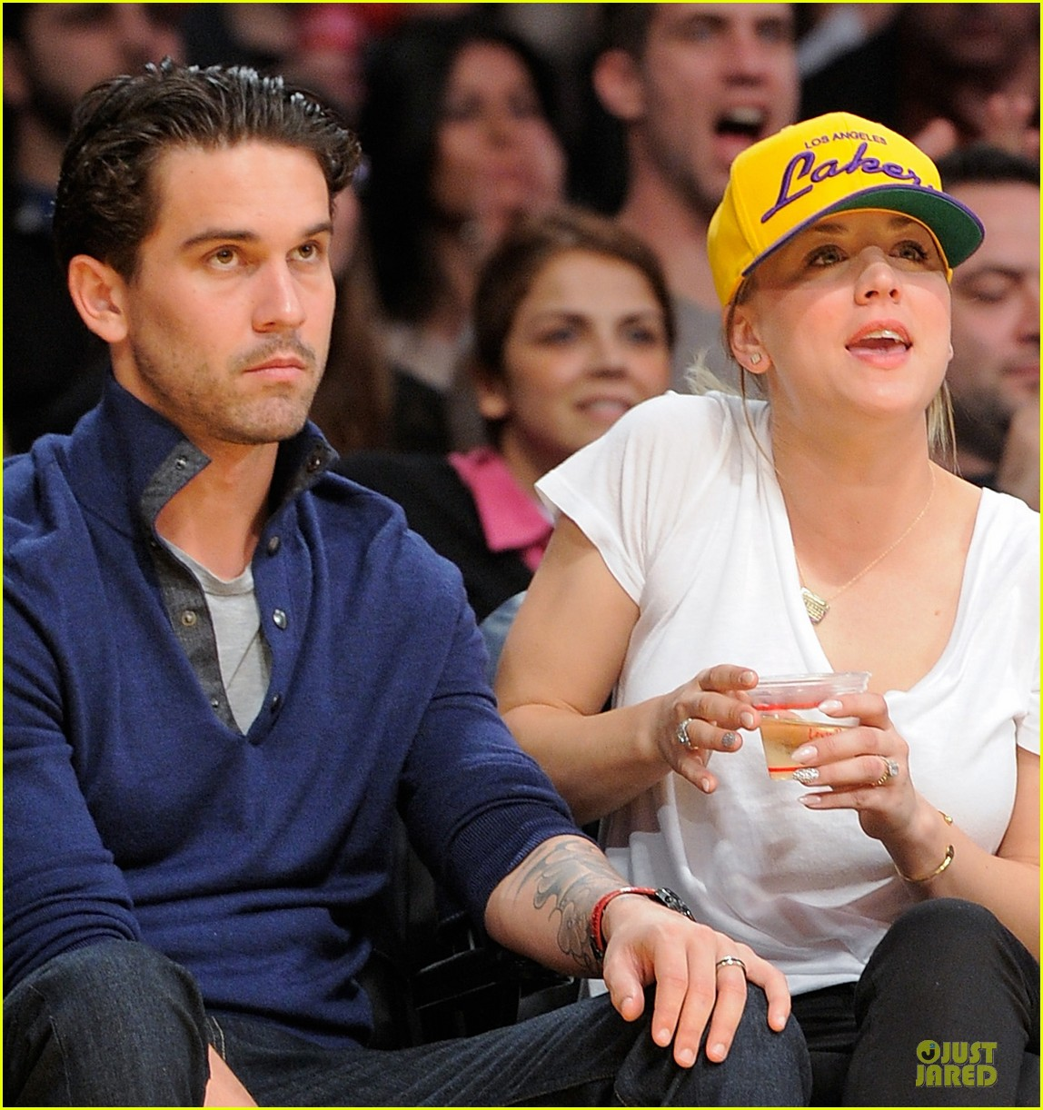 kaley cuoco shows off wedding ring at lakers game 02