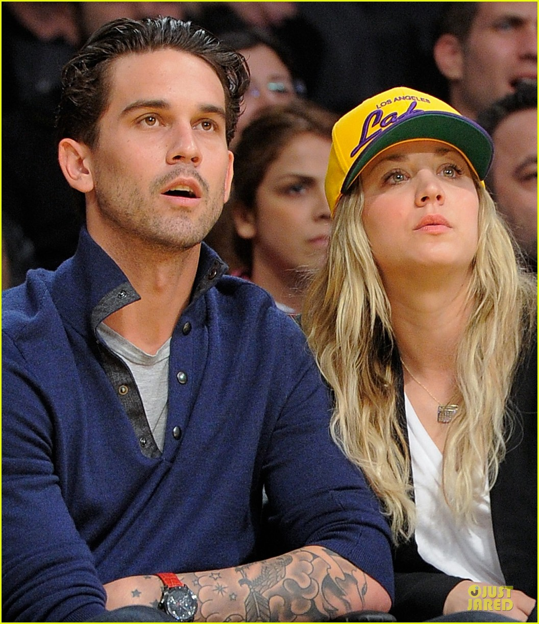 kaley cuoco shows off wedding ring at lakers game 04