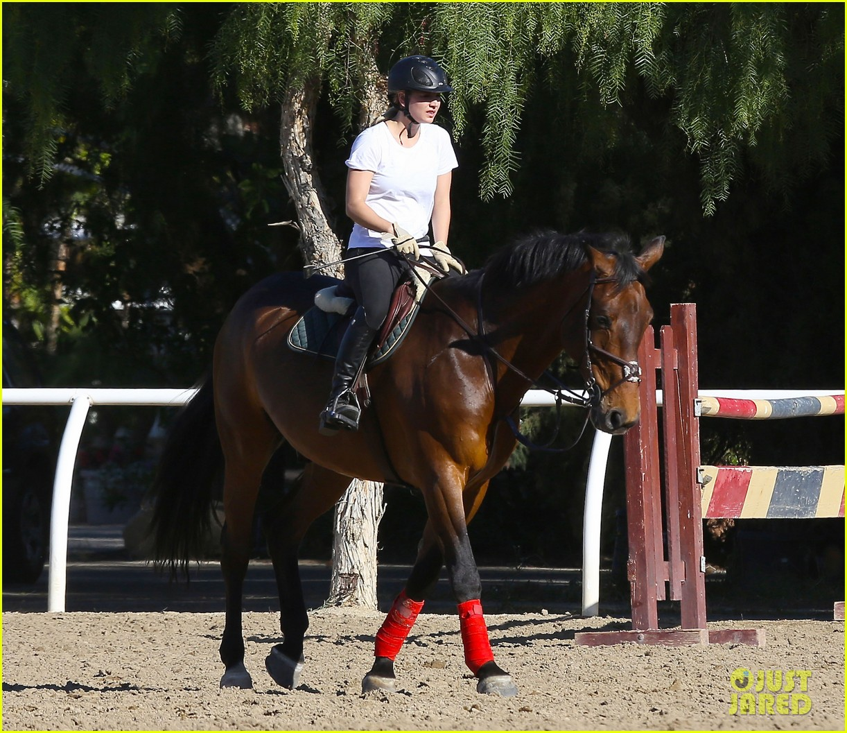 kaley cuoco goes horseback riding after her wedding 19