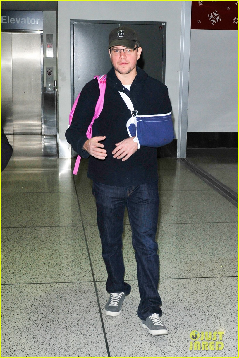 matt damon arrives at lax airport with injured arm 03