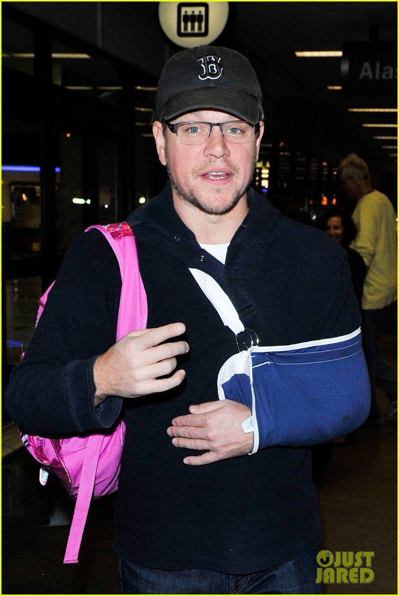 matt damon arrives at lax airport with injured arm 063022950
