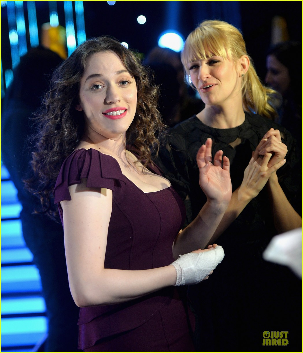 kat dennings beth behrs people choice awards press day 04