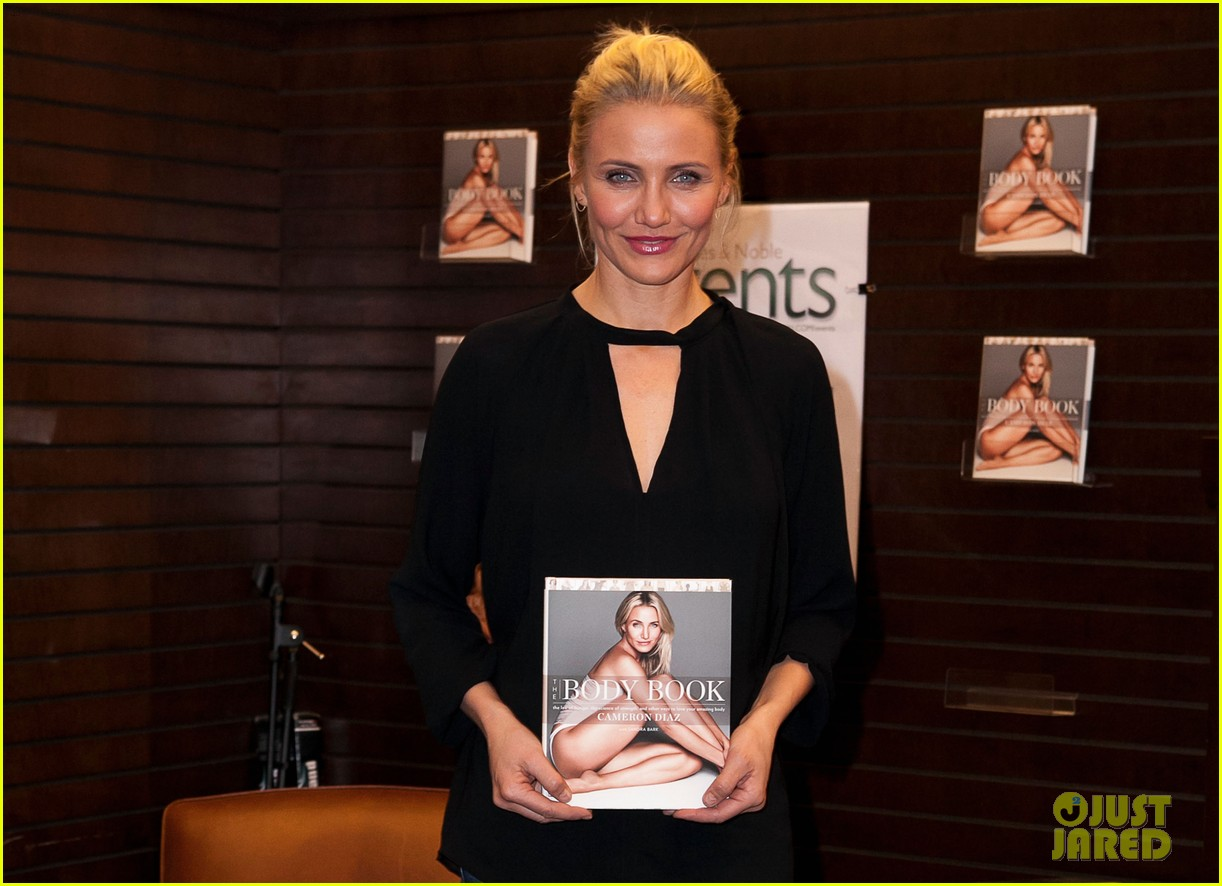 cameron diaz chugs bottled water in the morning to poop 113033289