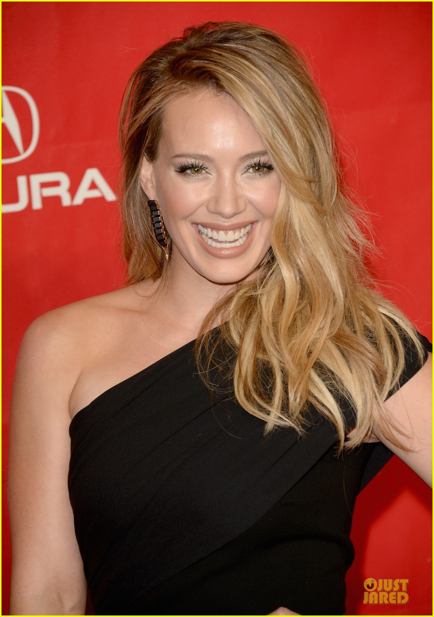 hilary duff shoulders musicares gala 2014 023039801