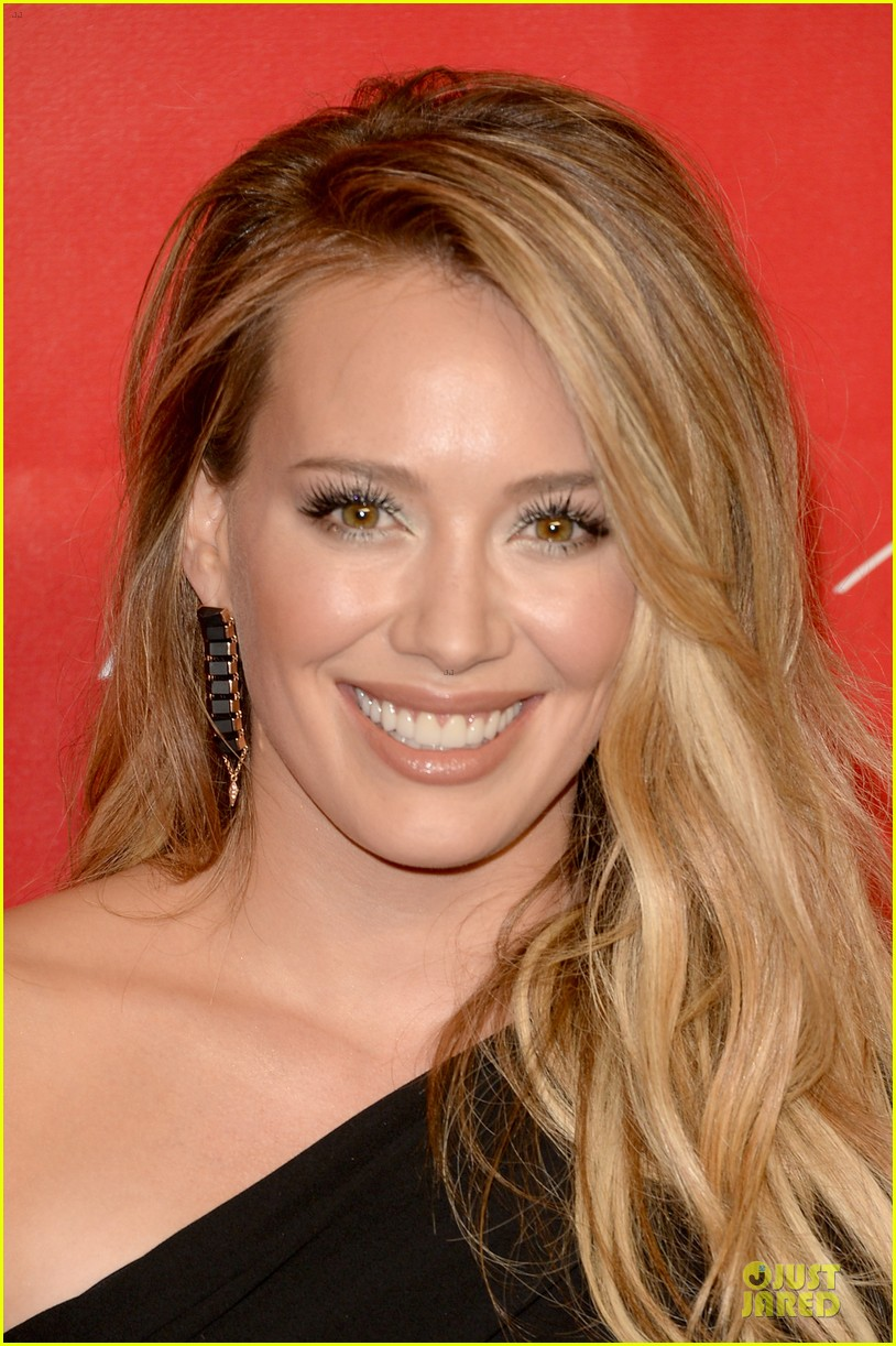 hilary duff shoulders musicares gala 2014 06