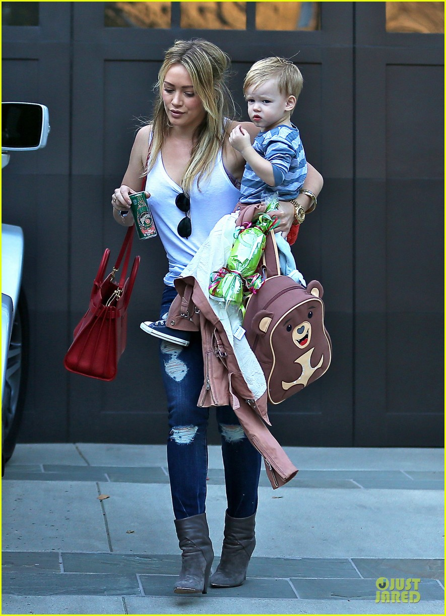 hilary duff steps out without wedding ring 01