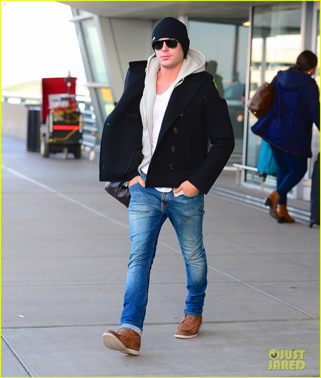 zac efron lands in new york city 013036534