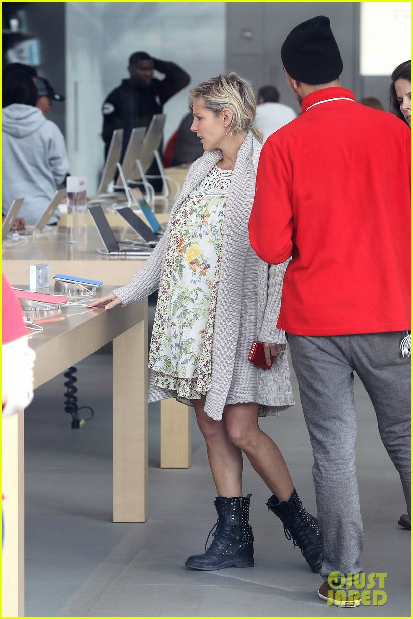 elsa pataky baby bumpin at the apple store 15