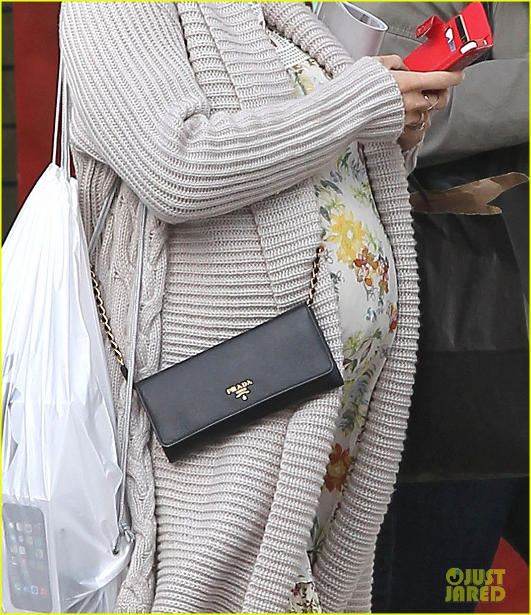 elsa pataky baby bumpin at the apple store 223023015