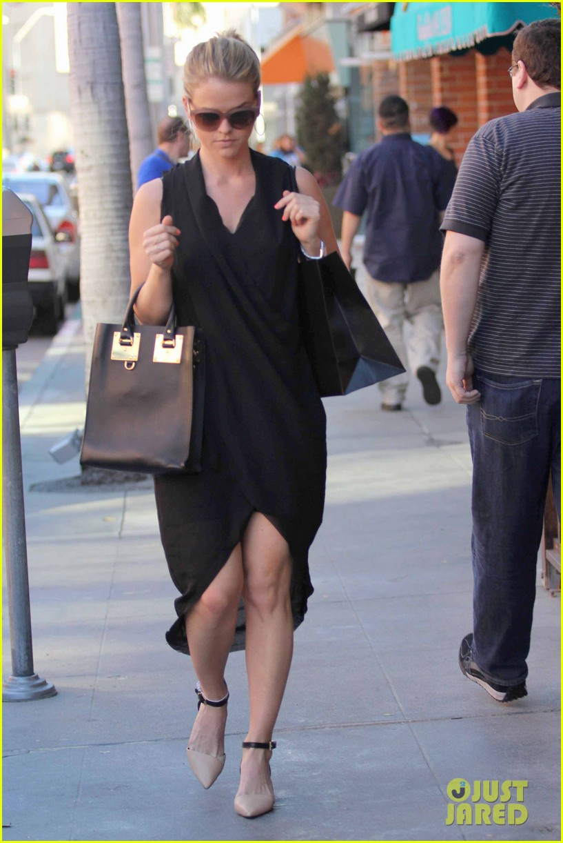 alice eve stylish for manicure trip in la 09