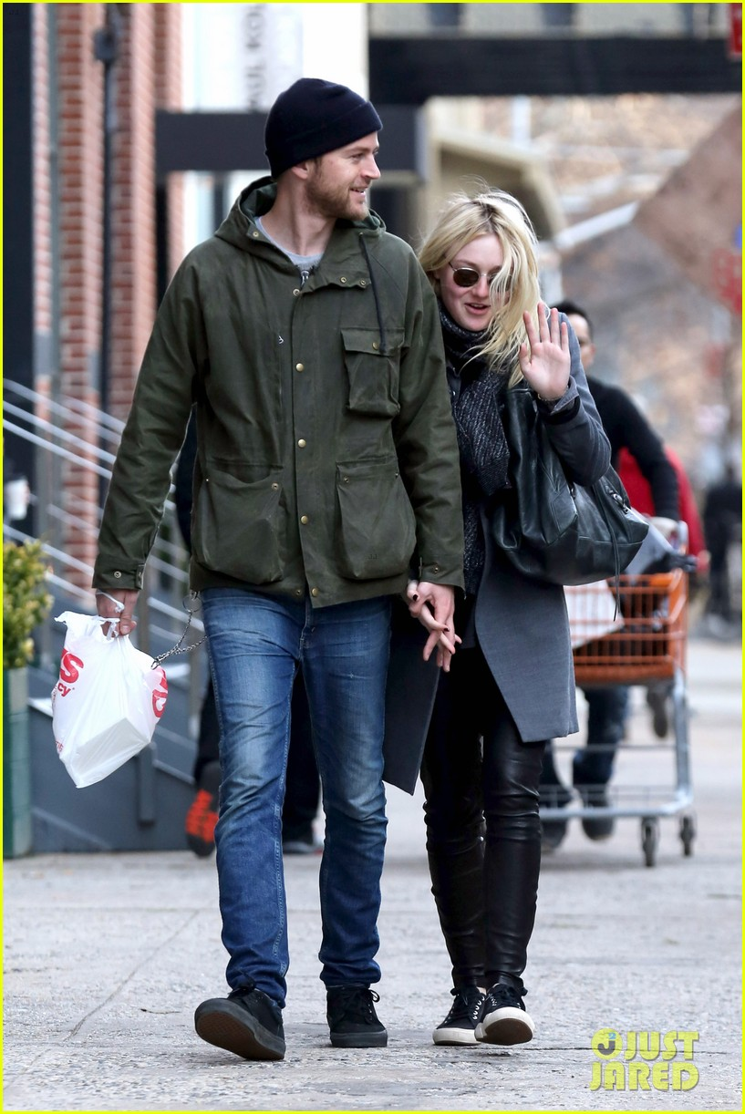 dakota fanning jamie strachan romantic big apple stroll 12