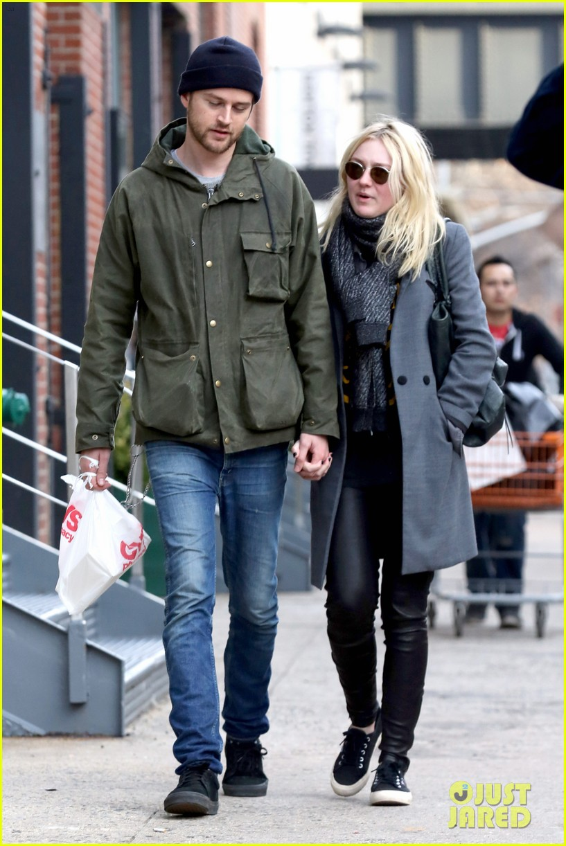 dakota fanning jamie strachan romantic big apple stroll 183032133
