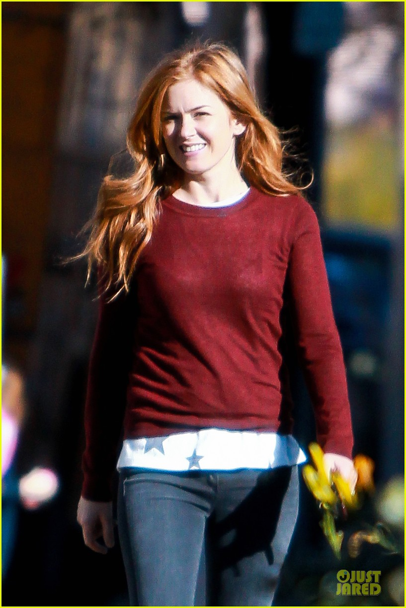 isla fisher runs errands before the sag awards 023031381