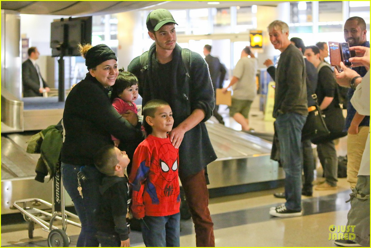 andrew garfield poses with spiderman fan at lax airport 11