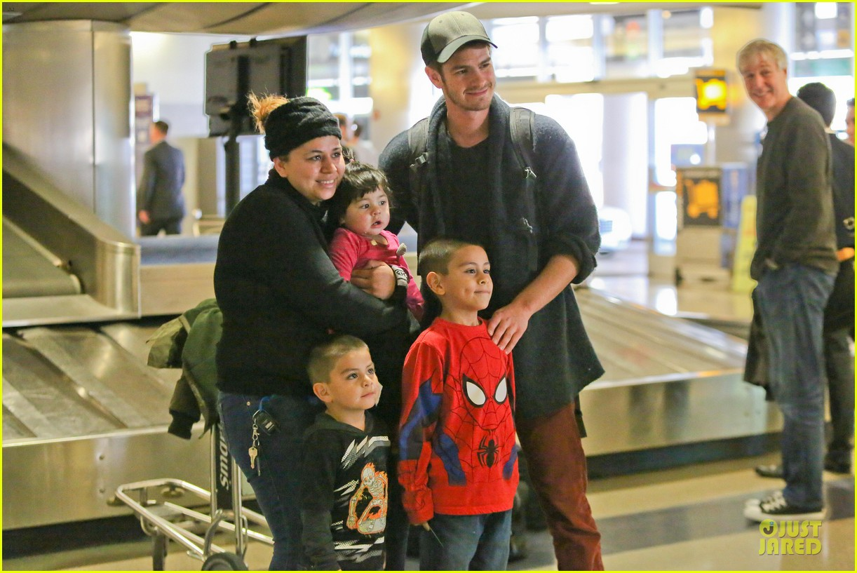 andrew garfield poses with spiderman fan at lax airport 17