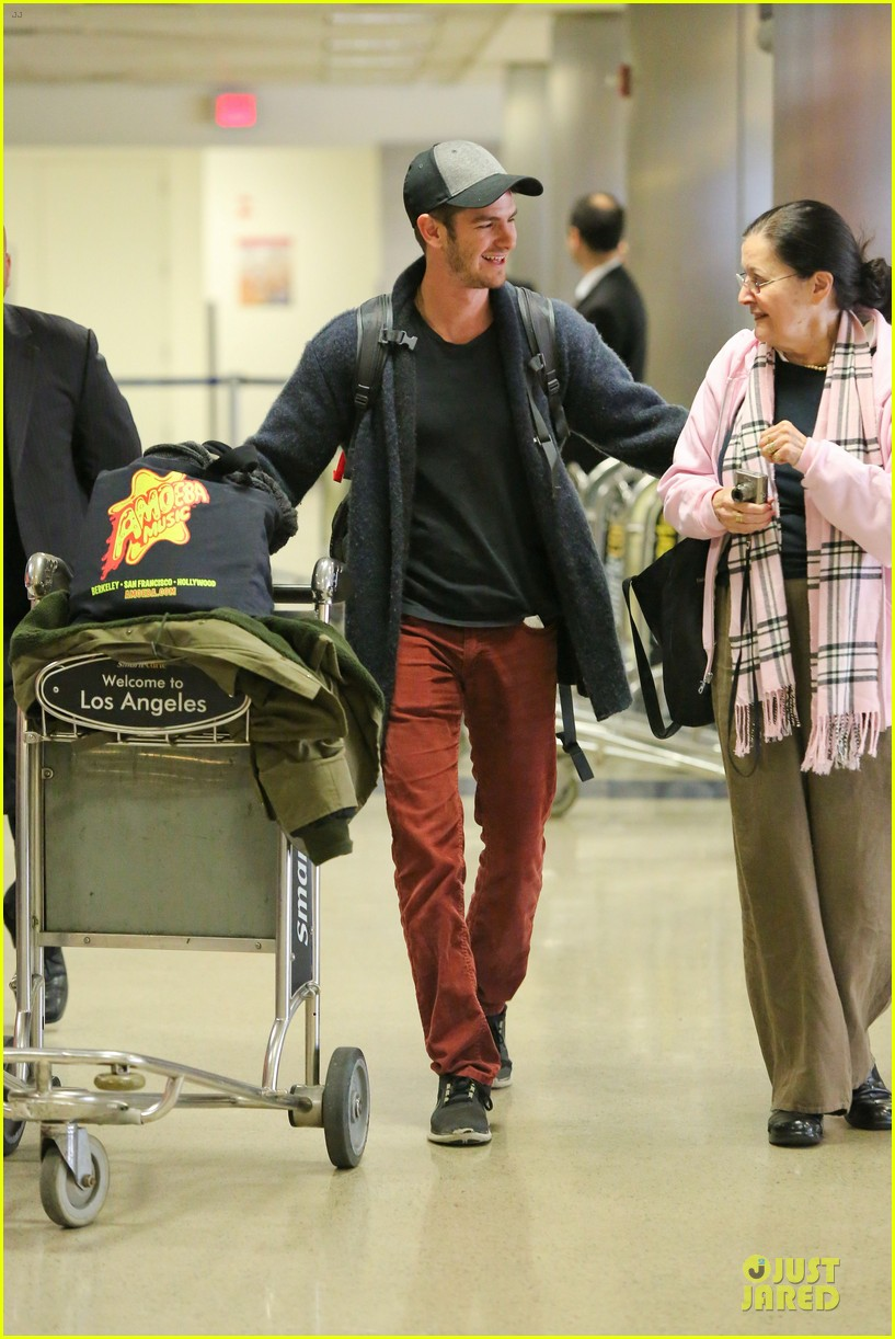 andrew garfield poses with spiderman fan at lax airport 19