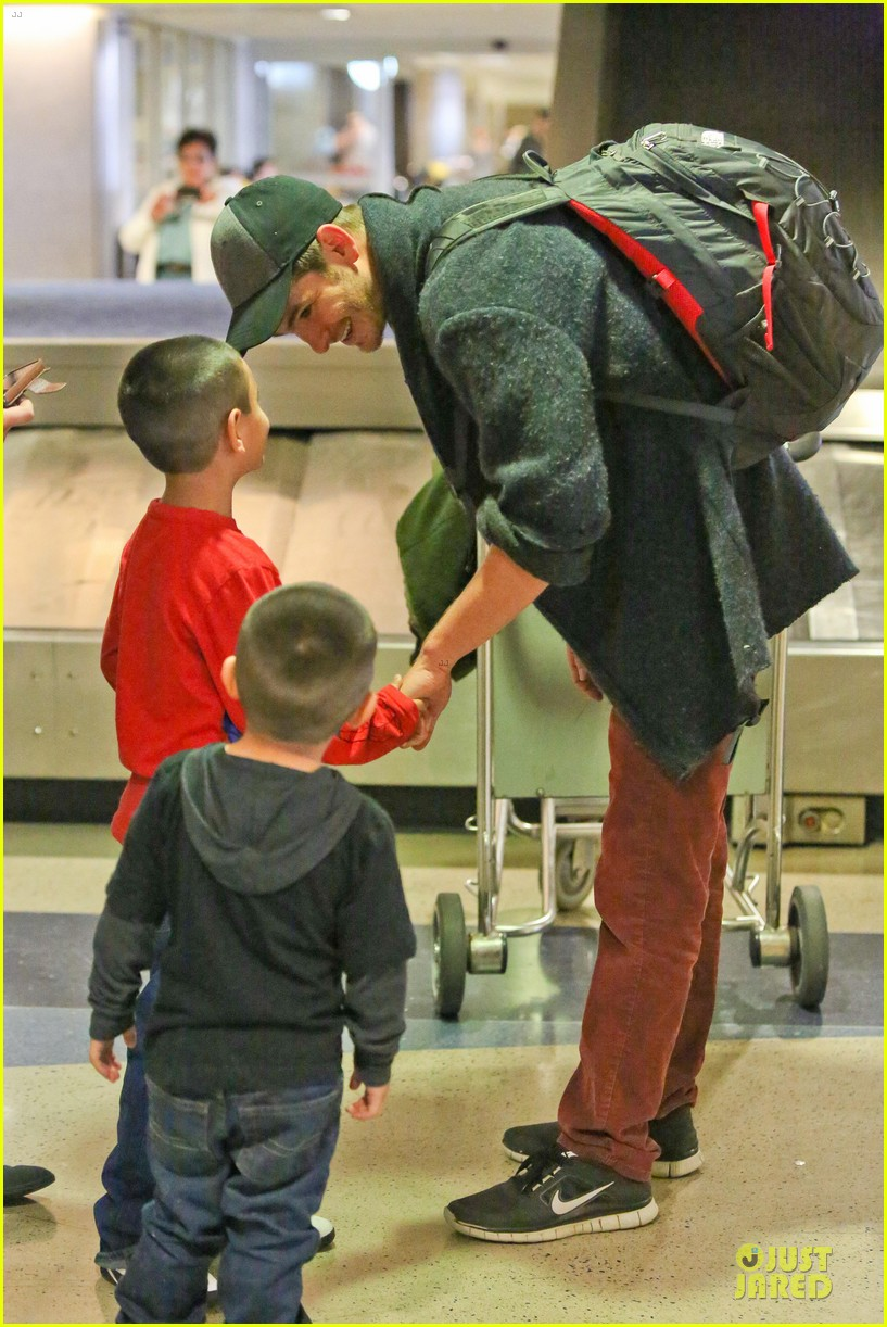 andrew garfield poses with spiderman fan at lax airport 20